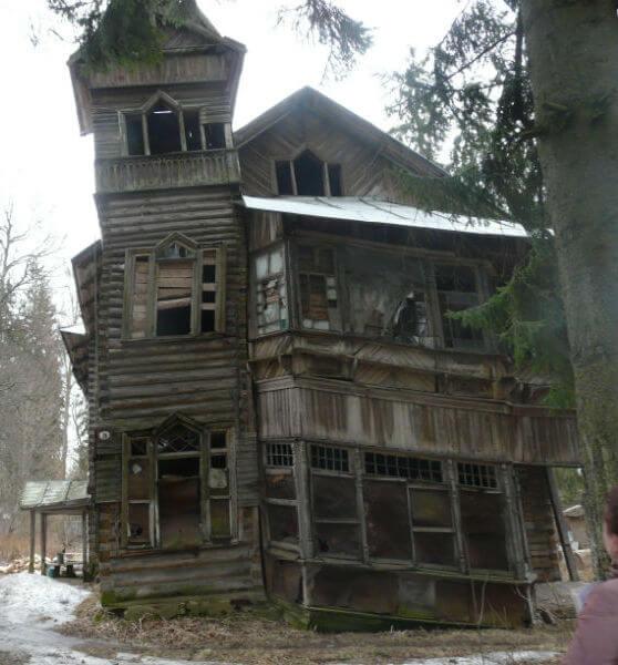Деревянный дом в аварийном состоянии