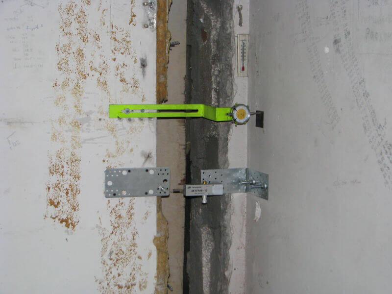 Замеры раскрытия трещин по специальным приборам