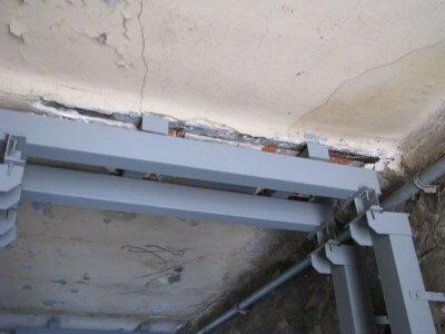 Устройство вспомогательной конструкции для усиления перекрытий зданий